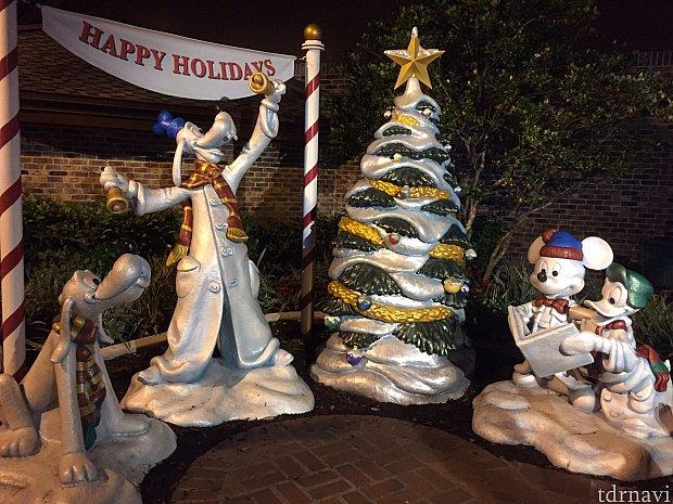 少し離れた所にあるミッキーたちのクリスマスフォトスポット。 今回のクリスマスツリートレイルの数は本当に多くて、ここではとても紹介しきれませんでした。一つひとつのツリーが凝っているので見ていて飽きません。時間をゆっくり取ってじっくり観察すると楽しいですよ!