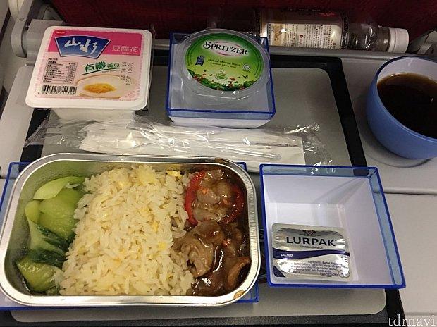 カツカレーを食べたけど機内食も完食しました。
