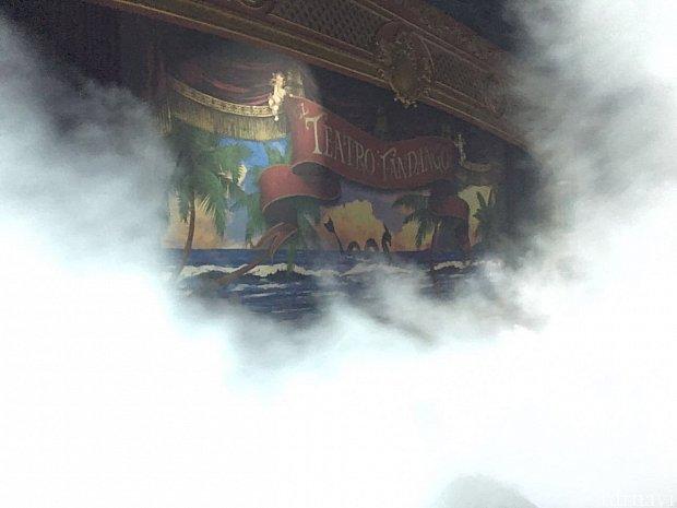 ドーンっ💥 劇場内が煙(スチーム)に包まれる!