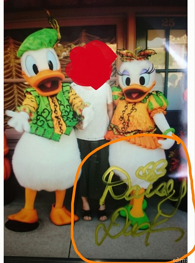 香港で撮った写真にサインをしてもらいました!オレンジで囲っているのがサインです!