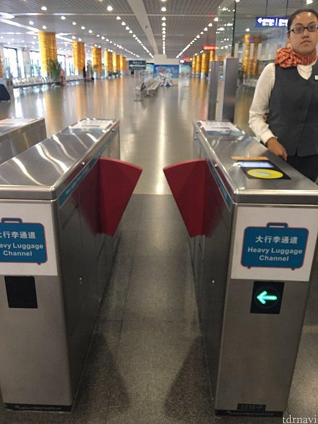 スーツケースなど大きな荷物がある場合はこの改札を通りましょう。少し幅広に出来ています。一番右側にあります。