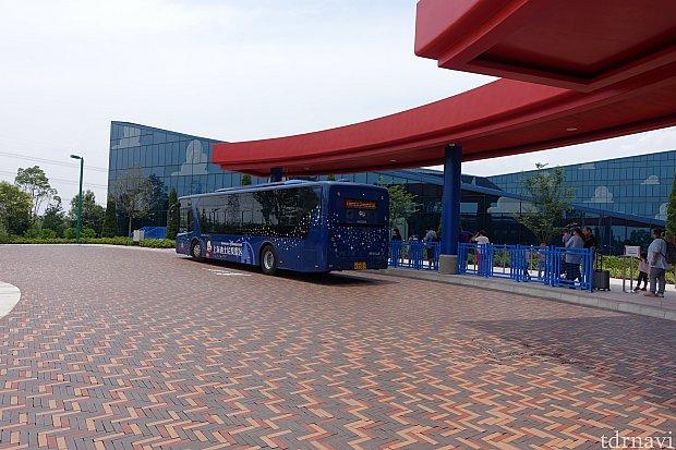 トイストーリーホテルのバス停がこちら。