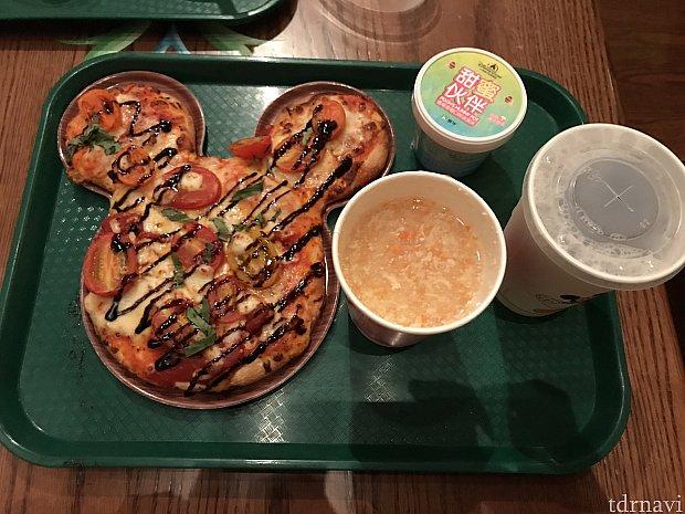 注文したミッキーピザ、アイス、ドリンク、スープです。