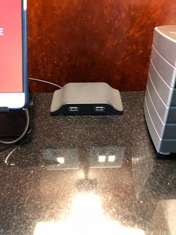 ベッド脇にあるUSBポート。コンセントの変換器がなくても直接デジカメやスマホの充電ができます。