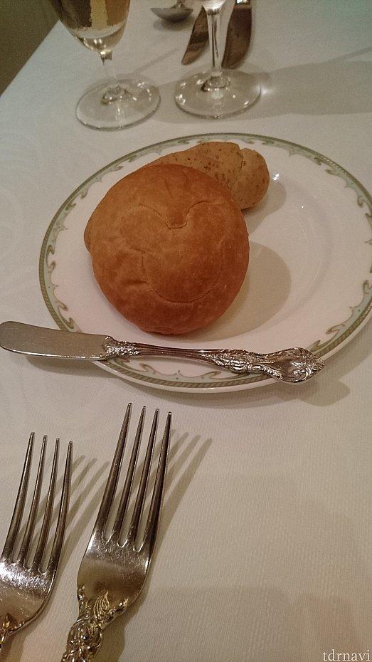 手前のパンが米粉のパン、奥がライ麦パンとです。お代わり自由でした。