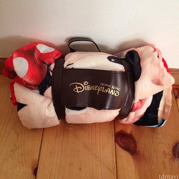 ブランケット。香港Disneyのロゴ入りです。これが78ドルでたたき売りされていました。