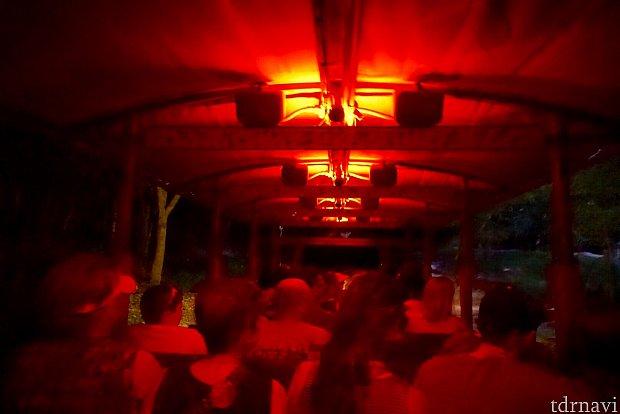 トラックもナイトバージョンでライトアップされます。