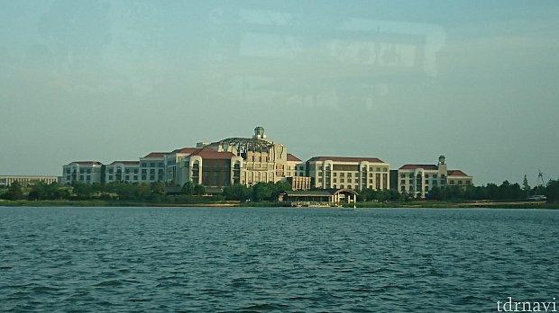 船から見えるホテル