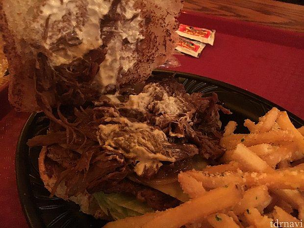 美味しそうに見えないけど…ビーフはこんな感じです。