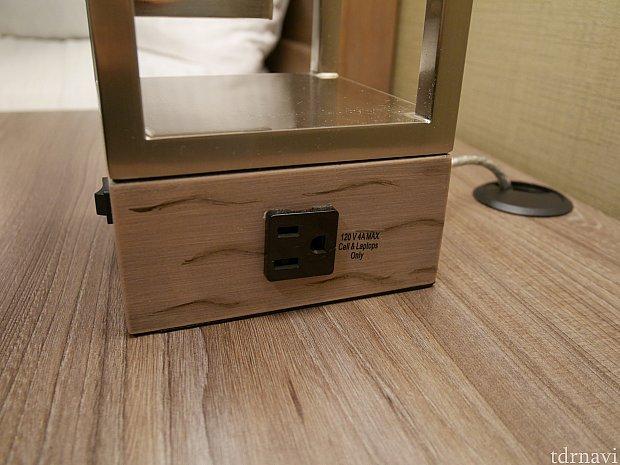 この照明、USBポートの反対面にはコンセントもついており、枕元で2つ充電できちゃいます! カメラと携帯両方できるって便利✨ キングベッドの部屋はベッドの両側にこの照明がありました! クイーンベッド2台の部屋は照明1台しかないかも?