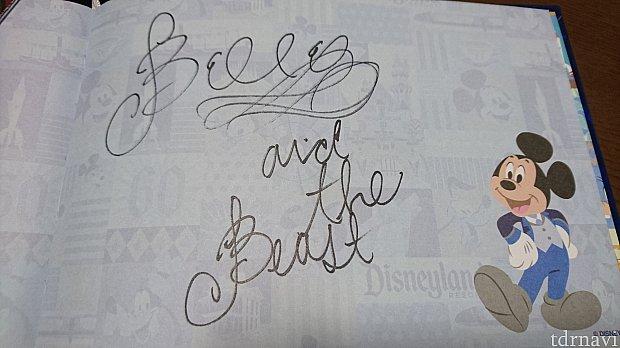 ベルがサインをしてくれました。野獣のぶんも書くわね~とさらさらっと。