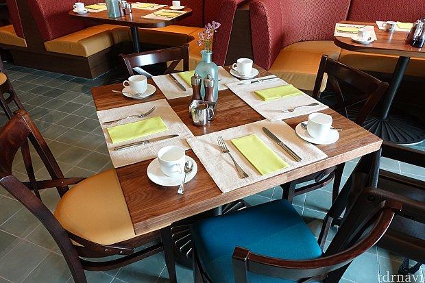 各テーブルには色とりどりの生花が飾られていて素敵です