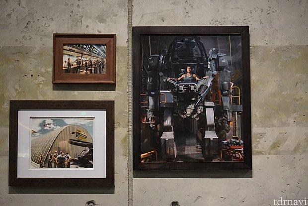 壁にも色々な写真が飾られています。映画の中で主人公がこのローダーと戦っていましたよね。このローダーの実物大はレストランの外に飾られています。その他の写真はRDAの施設だったときのもののようです。