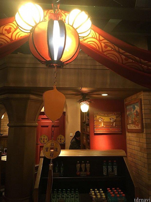 提灯したの飾り物がドングリになっています!