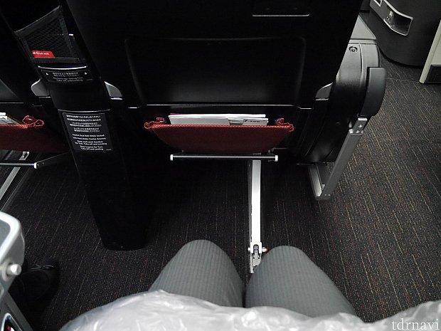 プレミアムエコノミー席!普通に座って足元にかなりゆとりがあります!