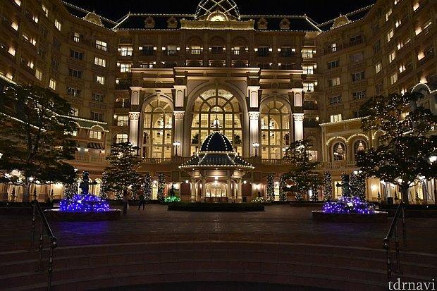 ホテルの外観もクリスマスの飾りつけになっていて、レストランを出てからもクリスマス気分が消えません。