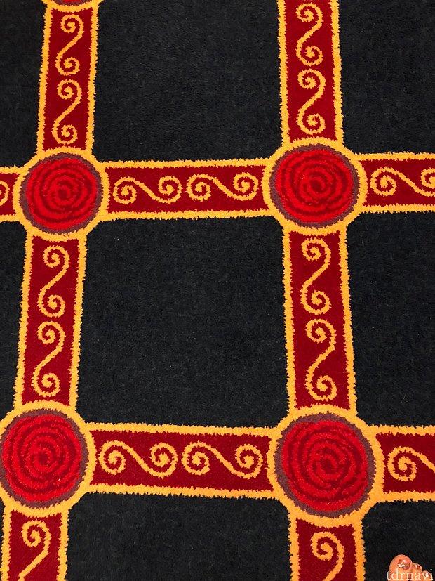 絨毯です 丸部分には赤い薔薇があります