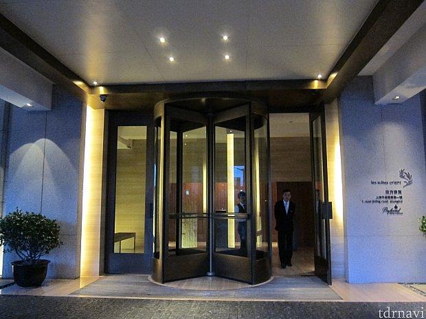 ホテルのエントランス。同じような外観の建物がたくさんあるので、一見わかりづらい。