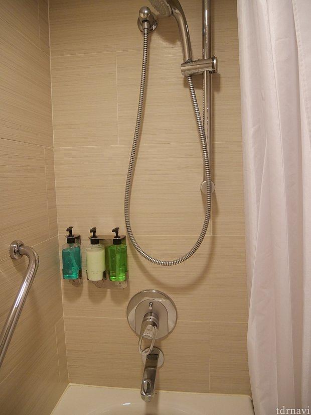 シャワーは高さが変えられます😊