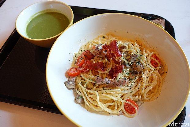ランチで食べたカルボナーラ(129ドル)。やや麺が太いので好みが別れそうですが、無難に美味しかったです。緑のスープは、たぶんほうれん草スープで、ちょっとマズイ…