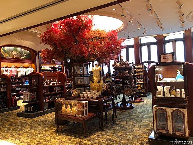 入り口ロビーの階にショップもありました。ディズニーランドホテル限定グッズもあります。