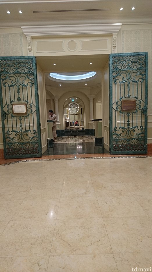 お店の入口です。ランドホテル入って、階段を上がらずに右へ行くとレストランがあります。