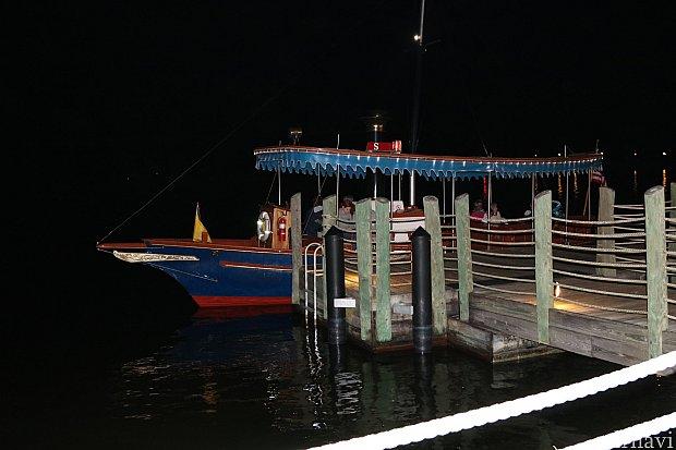 マジックキングダムへはボートでも移動できます