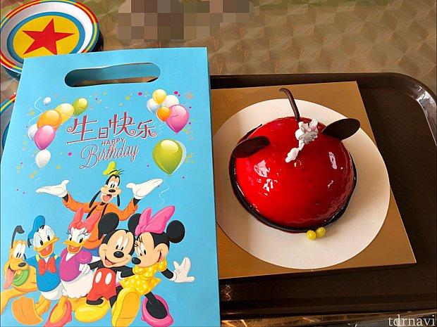 ケーキは意外に大きいです! ローソクも用意してくれました。よく見たら謎のうさぎキャラクターが溶けてて怖い(笑)
