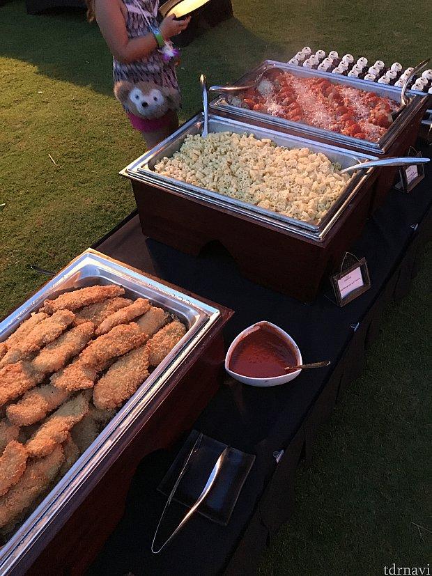 フライドチキン(でかい)、ミッキーマカロニチーズ、ミートボールマカロニトマトソース。