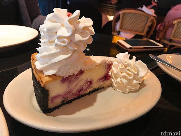 ラズベリーのチーズケーキ! これも店員さんのオススメ😊 甘酸っぱくて美味しいです!