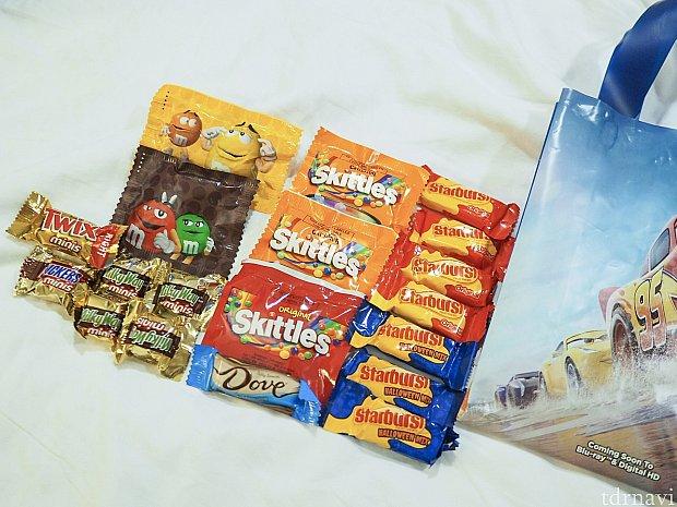 Trick or Treat!で貰えたお菓子たち。久しぶりにスニッカーズ食べました。カロリーが怖いけど美味しい〜。