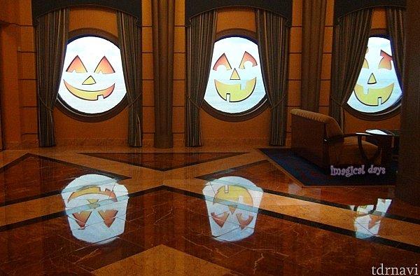 船内の窓もハロウィーン仕様にデコレーションされます。