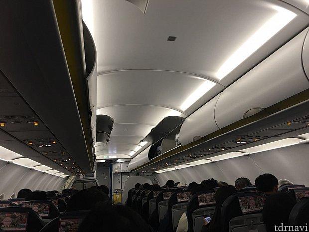 深夜なので機内もシーンとしています。