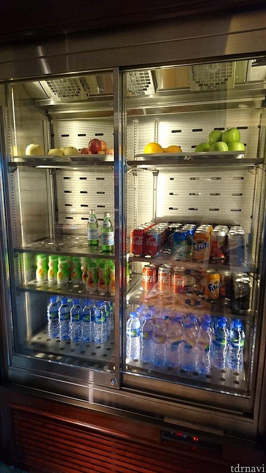 ラウンジ内に出来た冷蔵庫。ペットボトルのお水や缶飲料が常時置いてあるので自由に飲めます。コーラや炭酸などジュースがあります。