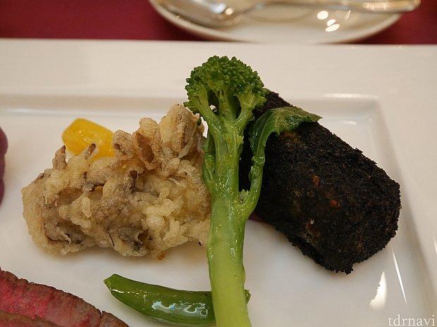 肉料理についているこの黒い塊はなんとコロッケ👀‼
