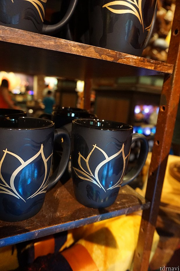 マグカップはメタリックブルーの蓮の花が綺麗です。