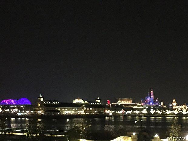ホテルから見た夜のディズニーランド