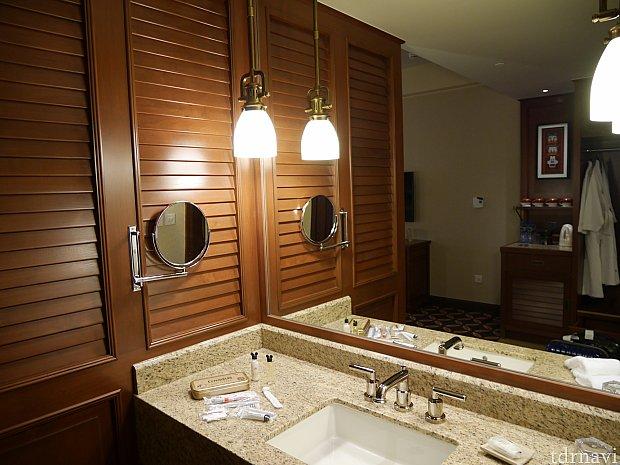 洗面所。お部屋と繋がってます。拡大鏡があります。
