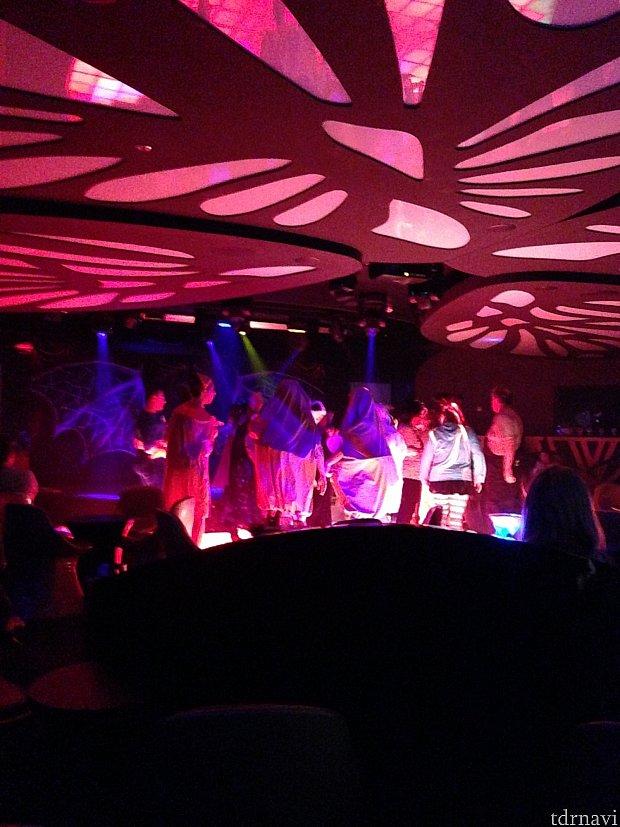 クラブミュージックに合わせてみなさん踊っています