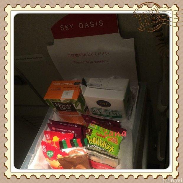 JALにはスカイオアシスがあり、自由に飲み物やスナックが食べられます。
