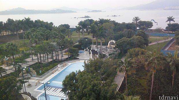 最上階から見たプール。いくら香港が暑いといえども3月はやってませんでした。