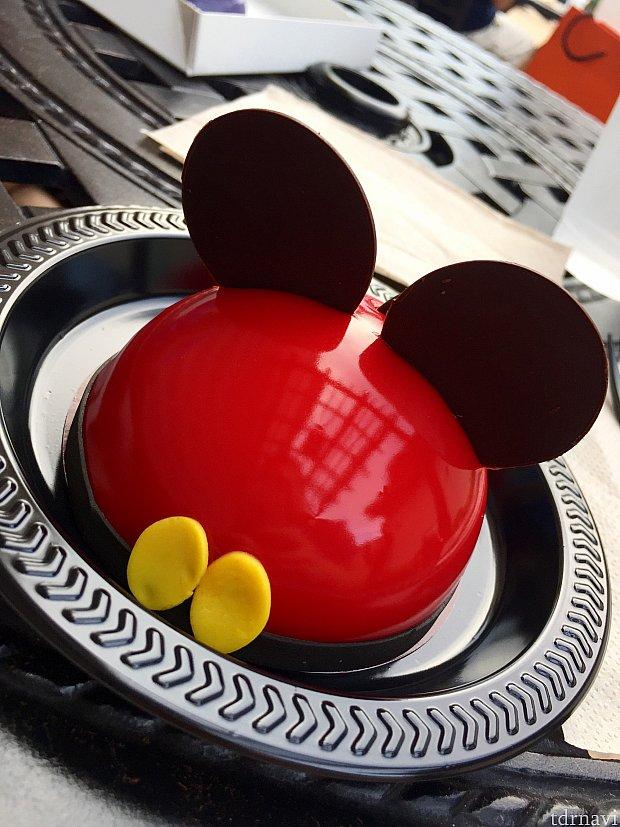 僕はミッキームース気に入りました。色鮮やかさに負けず、みなさんにもお試しいただきたいです。World of Disney でショッピングに疲れたらここで一休みしてみてはいかがでしょうか。
