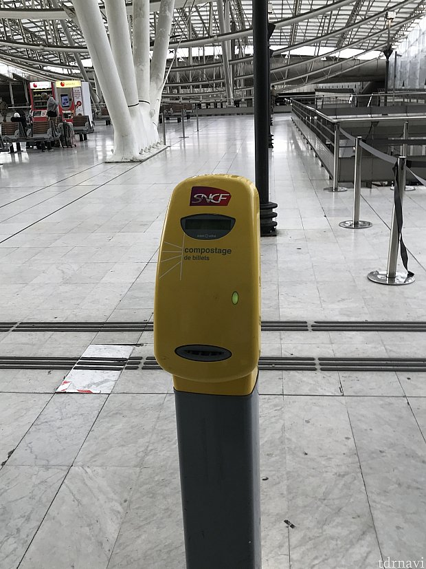 打刻機です。 必ず乗る前にチケットを通します。 ジシッて音がすれば打刻されますが、中には壊れてるのもありますのでご注意を。
