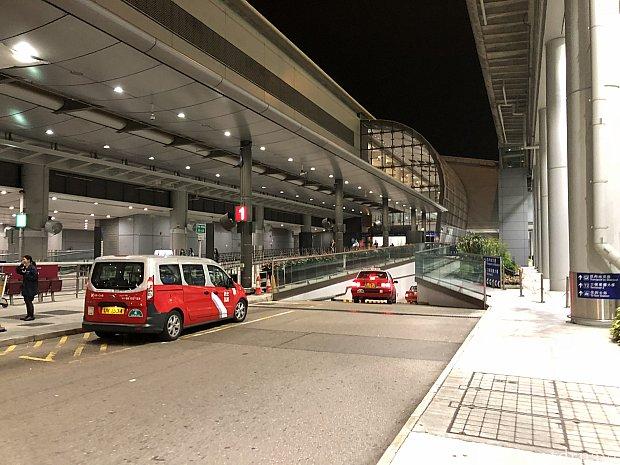 ターミナル2へ向かう途中です 赤タクがいっぱい止まってます