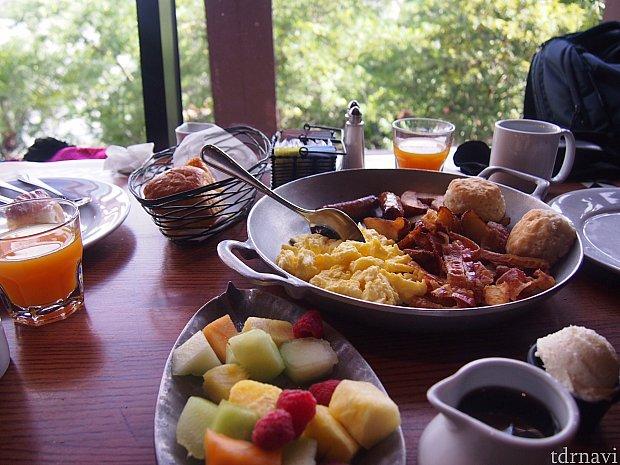 アメリカンブレックファスト。テーブルビュッフェです。フルーティなジュースが美味。