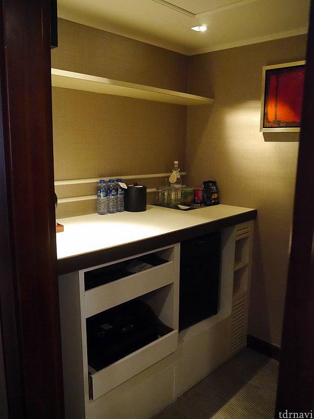 冷蔵庫、セキュリティBOX,ハンガーラック等が一緒になっている小部屋。スリッパ等もここにおいてありました。子供用のアメニティは無いとの事。