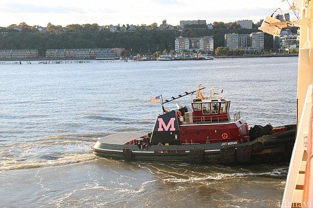 ボートに押してもらい、港から向きを変える! ♪ミッキーマウスマーチのジングルで、「さぁ、行っておいで!」と粋な演出。