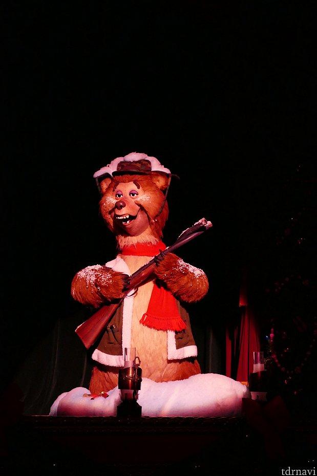 捻れたライフルを持ったウェンデル。本来冬眠をするクマがクリスマスに出かけた事でとんだ災難にあったという歌にクスッときてしまいます。笑