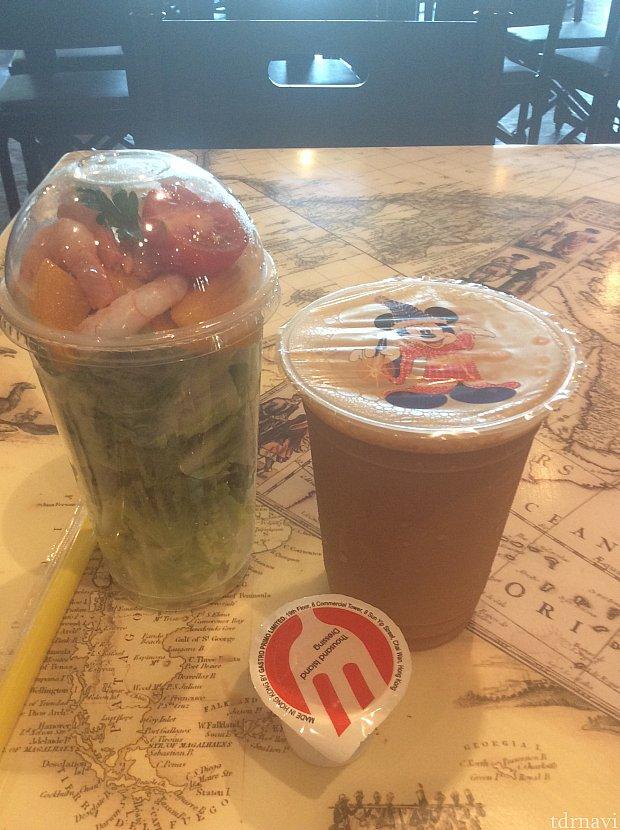 マンゴーとエビのサラダ($49) 香港スタイルミルクティー($35) ドレッシングは値段なかったので無料みたいです