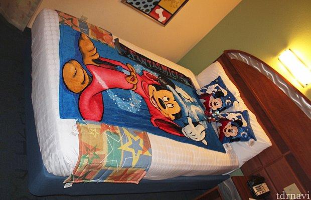 一人で寝るには十分すぎるベッド。バスタオルとクッションは自分のです。